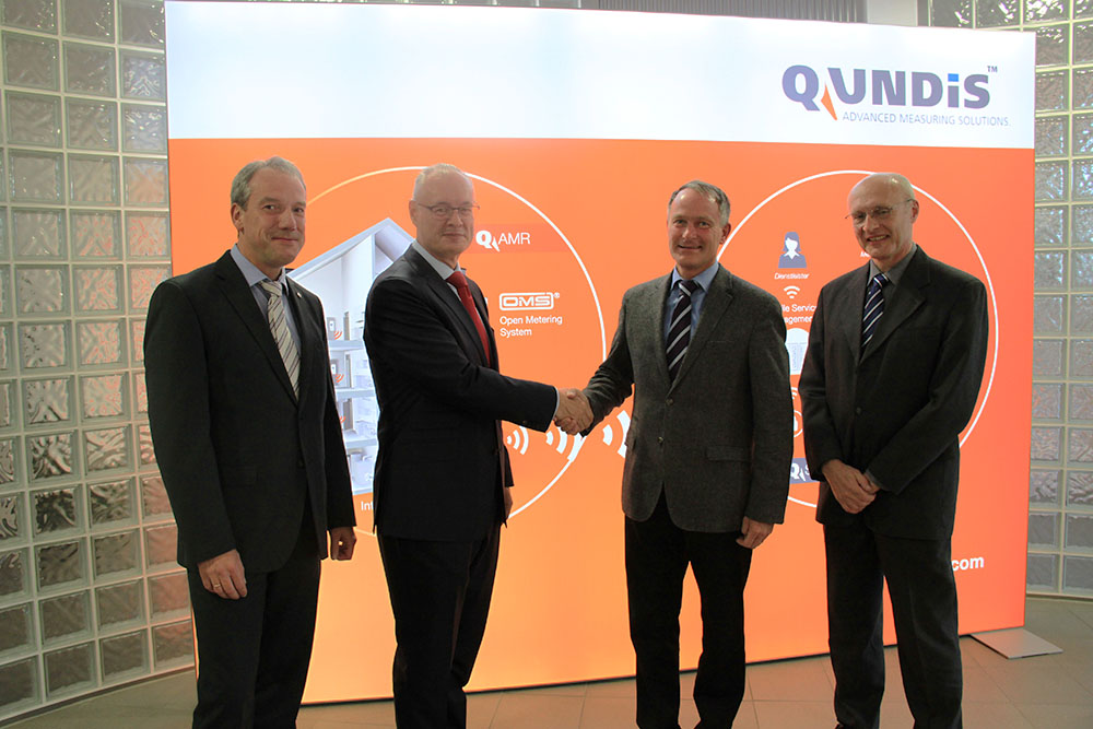 (From left) Stefan Kroß, Dr. Holger Landenberger (QUNDIS),  Prof. Matthias Hein and Dr. Ralf Stephan (TU Il- menau) seal the cooperation agreement.